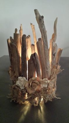 Driftwood branches are incredibly versatile and look great clustered together using twine or jute. Keep the lampshade neutral so that the driftwood becomes the focal point. Twig Crafts, Beach Crafts, Nature Crafts, Diy Home Crafts, Driftwood Projects, Driftwood Art, Diy Projects, Tea Lights, Christmas Crafts