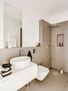 Cappuccino Fliesen und weiße Farbe im kleinen Bad