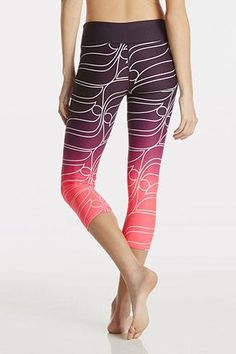 Flaunt your spirited side in our abstact logo capri, featuring sweat-wicking fabric with pink ombre and reflective details. | Salar Capri - Fabletics