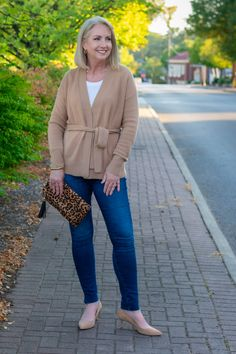 Chic Camel Cashmere Cardigan - How to style a camel cardigan with jeans and t-shirt - create a chic look with jeans