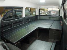 ハイエース 犬と一緒に車中泊仕様:大き目のドッグゲージ用のスペースを確保したフルフラットベッド! Toyota HIACE