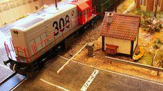 Locomotora 308 diesel RENFE con un corte de vagones abiertos X-3 cargados de madera. Escala H0.