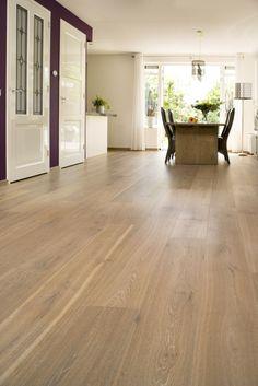 Eiken – Frans – Deze prachtige Frans Eiken vloer is afgewerkt met een midden tint CHATEAU finish en geeft een mooie warme grijze uitstraling. Ook hier is een ruimtelijke werking gecreëerd door gebruik te maken van zeer brede vloerdelen. Flooring, Floor Installation, House, Flooring Materials, Home, Interior, Floor Colors, Renovations, Home Decor