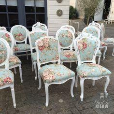 Queen Anna stoelen opnieuw gestoffeerd. Mooi frisse en vrolijke stof gecombineerd met wit houtwerk.