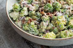 Den klassiske broccolisalat kan altså bare et eller andet og er altid en sikker vinder. Få den nemme opskrift på salatklassikeren her.