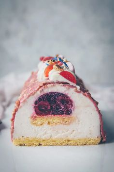 Bûche rose à la vanille & cerise Coffee Shop Menu, Vanilla Cake, Panna Cotta, Cheesecake, Ethnic Recipes, Desserts, Insert, Gabriel, Food