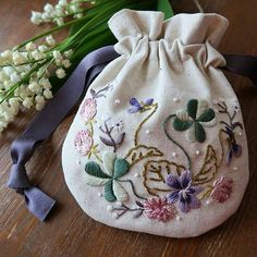 Embroidery Purse, Hand Work Embroidery, Crewel Embroidery, Hand Embroidery Patterns, Embroidery Thread, Cross Stitch Embroidery, Embroidery Designs, Diy Bag Designs, Sewing Crafts