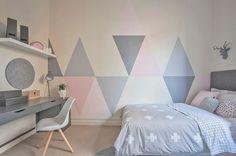 decoration chambre fille, lit couleur grise, linge de lit rose, gris et blanc, bureau gris, chaise scandinave
