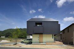 In den meisten Wohnhäusern wissen wir genau, was uns erwartet: Im Erdgeschoss befinden sich die Küche, ein Bad und das Wohnzimmer und in der oberen Etage das Schlaf- und Kinderzimmer. Bei diesem einen Haus in Japan ist das alles allerdings etwas anders.