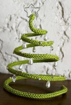 un peu de laine un morceau de fil de fer quelques perles