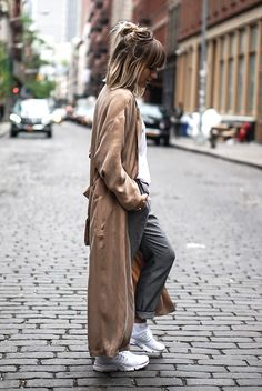 See the week's most inspiring spring / summer outfits, from statement sleeve ensembles to super comfy layers. Get the looks here! Sneakers Outfit Summer, Sneaker Outfits, Casual Outfits, Summer Outfits, Fashion Outfits, Paris Mode, Paris 11, Summer Coats, Urban Fashion Women