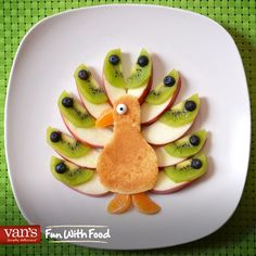 Make the morning even brighter with this pancake peacock!
