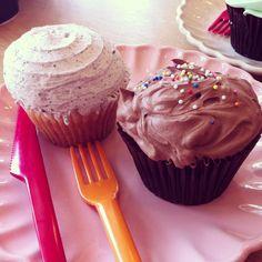 부암동 컵케익/4500원/버터크림이 좀 느끼하고 빵이 촉촉하지 않고 밀도가 높지만 가게 분위기는 너무 귀엽고 아기자기:)