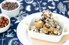 energy balls dipped in chocolate in a bowl Chocolate Protein Balls, Vegan Energy Balls, Pecan, Appetizers, Snacks, Crystal, Healthy, Breakfast, Desserts