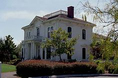 The complete list of haunted places & history in California and how to ghost… Haunted House Pictures, Haunted Houses, California Mountains, California Love, Haunted Places In California, Ghost Hunters, Home Pictures, Ghost Stories, Old Buildings