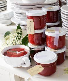 ERDBEER-HOLLERBLÜTEN-MARMELADE - Was kann im Frühsommer schöner sein, als feldfrische Erdbeeren und zartduftende Holunderblüten? Mit unserem Rezept könnt ihr die wunderbaren Aromen jetzt für die kalte Jahreszeit einfangen. Vorausgesetzt ihr schafft es, die Marmelade nicht schon vorher komplett aufzuessen!