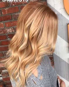 The 74 hottest blonde hair looks to copy this summer Warm Blonde Hair, Blonde Hair Looks, Copper Blonde Hair, Dark Hair, Brown Hair, Strawberry Blonde Highlights, Strawberry Blonde Hair, Spring Hairstyles, Hairstyles Haircuts