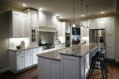küche mit kochinsel stilvolle arbeitsoberfläche und schwarze barhocker