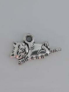Voici ce que je viens d'ajouter dans ma boutique #etsy :  Breloque Charm Médaillon Chat.  www.etsy.com/fr/shop/BullesDeBonheurByS