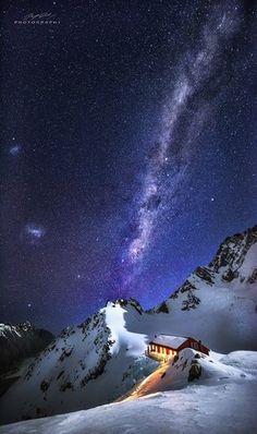 Mirando las estrelladas en las montañas