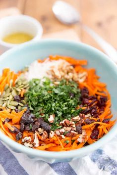 Ready in just a few minutes, this is undoubtebly the Best Carrot Salad EVER! Try it once and I can guarantee that it will become your go-to carrot salad recipe! Grated Carrot Salad, Carrot Slaw, Carrot Salad Recipes, Bean Recipes, Diet Recipes, Healthy Recipes, Vinaigrette, Coleslaw Salad, Salads