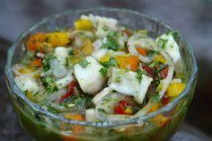 Le ceviche de poisson est un plat typique Sud Américain et très rafraîchissant. Il utilise une méthode de cuisson du poisson par le jus de citron.