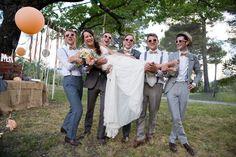 Idée photo de la mariée avec les amis garçons ! With a love like that