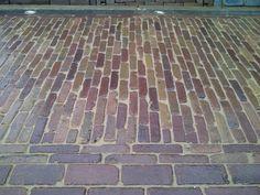 Oude hard gebakken waalformaat / waaltjes gezaagd Clay Pavers, Garden Floor, Grey Gardens, Backyard, Patio, Garden Paths, Pathways, Landscape Architecture, Brick