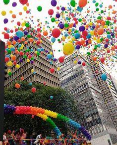 E claro que uma das fotos mais curtidas em nosso projeto até hoje só poderia ser de uma Mulher  Um belo olhar da Paulista toda colorida da @dekahcavalcanti Que também representa uma luta muito válida que é a do público LGBT. Parabéns pelo belo olhar e por representar as Mulheres de SP com seus lindos clicks. Uma homenagem do nosso projeto e todos os #InstasDeSP para esse dia internacional da mulher! #saopaulocity #EuVivoSP