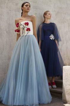 The complete Carolina Herrera Resort 2018 fashion show now on Vogue Runway. Trend Fashion, Fashion 2018, Runway Fashion, High Fashion, Fashion Beauty, Fashion Show, Carolina Herrera, Beautiful Gowns, Beautiful Outfits