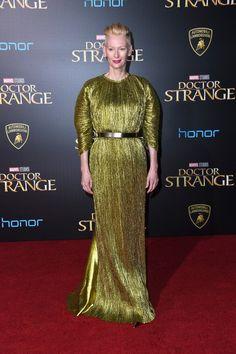 Tilda Swinton en Haider Ackermann à la première de Dr. Strange à Los Angeles