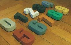 Hausnummern - HAUSNUMMERN 10cm Werkstoff BETON multicolor - ein Designerstück von concrete-beton-design bei DaWanda