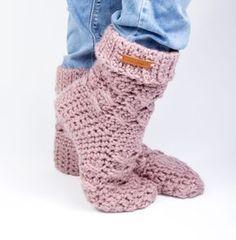 Een geweldig patroon voor winterse sloffen. Patroon van CuteDutch op aandehaak.nl Crochet Slipper Boots, Slipper Socks, Crochet Slippers, Crochet Woman, Diy Crochet, Clothes Hooks, Make Your Own Clothes, Wrist Warmers, Boot Cuffs