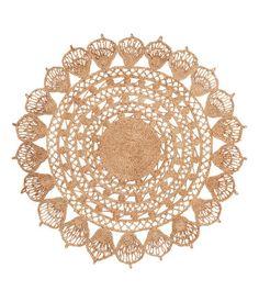 Check this out! Rundt gulvtæppe i hulmønstret jute. – Gå ind på hm.com for at se mere.
