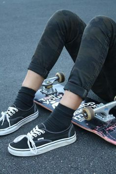 sit and watch. he sits with her tries to get her to talk, offers to teach to skate, gets her on the skateboard and she does some tricks, skates around. Estilo Vans, Vans Era, Skate Girl, Moda Vintage, Skateboards, Mode Style, Swagg, Look Cool, Look Fashion