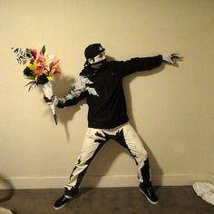 The Best Halloween Costume Ever! Banksy's Flower Thrower Comes To Life. Banksy Graffiti, Bansky, Banksy Artist, Banksy Artwork, Costume Halloween, Halloween Diy, Mens Halloween Makeup, Original Halloween Costumes, Halloween College