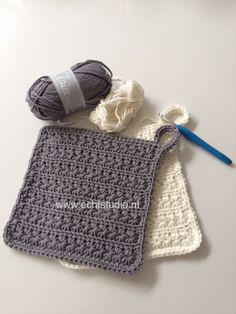 haakpatroon pannenlap stersteek Crochet Kitchen, Crochet Home, Love Crochet, Diy Crochet, Crochet Crafts, Drops Design, Baby Mobile, Crochet Decoration, Crochet Potholders