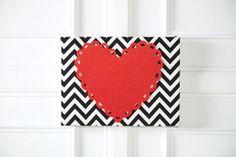 Cadeaux pour les copines: Toile recouverte de motifs à chevrons avec cœur en feutre