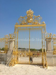 Chateau de Versailles the golden front gates! So pretty