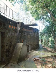 "Vista Nivel Inferior, Entrada Área Privada Dormitorios desde el Bosque; Desagüe Área de Piscina. Casa ""Das Canoas"", Río de Janeiro, Brasil / Arq. Oscar Niemeyer."