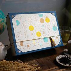 \ 画采茶香・倆入裝禮盒|豐果 / 精選『香氣輕盈優雅、風味獨特迷人』的琅茶人氣茶款! 時節限量採製單品,為您款待好品味的重要對象:) Biscuits Packaging, Pouch Packaging, Cosmetic Packaging, Brand Packaging, Packaging Design, Red Packet, Moon Cake, Mid Autumn Festival, Creating A Brand