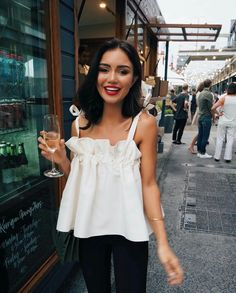 white blouse top / casual outfit / white look / street style / street look / cute top / look estival / summer outfit Fashion Mode, Look Fashion, Fashion Outfits, Fashion Tips, Fashion Flats, French Fashion, Hijab Fashion, Fashion Ideas, Fashion Jewelry