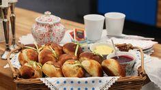 Teboller med kardemomme og rosiner En lækker og traditionel tebolle krydret med rosiner