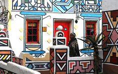 La tribu Ndeble desde siempre tapan grietas y desconchados de las fachadas con estos geométricos graffitis ¿Quien dice somos los primeros y novedosos? ...