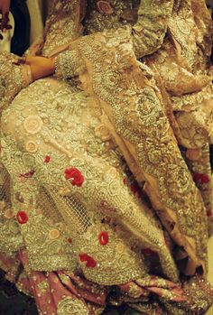 Off-white wedding dress Pakistani Wedding Dresses, Pakistani Outfits, Indian Outfits, Mehendi Outfits, Indian Clothes, Wedding Lehenga Designs, Off White Wedding Dresses, Asian Bridal, Embroidery Fashion