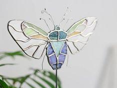 bug suncatcher mini for a plant pot Stained Glass Designs, Stained Glass Projects, Stained Glass Patterns, Stained Glass Art, Fused Glass, Stained Glass Ornaments, Glass Butterfly, Glass Birds, Freundlich