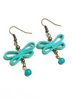 Pendientes de mariposas  hechos a mano  con cinta de antelina celeste  y cuentas en color turquesa.  Ganchos y elementos metalicos  en color bronce antiguo.
