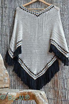 Elegant Black and White Poncho Crochet Poncho Patterns, Crochet Shawls And Wraps, Crochet Jacket, Crochet Cardigan, Crochet Scarves, Crochet Clothes, Crochet Stitches, Hippie Crochet, Love Crochet