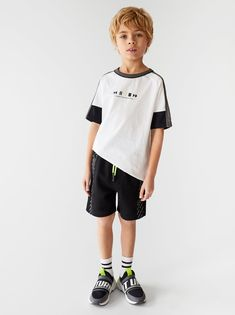 Sporty t-shirt with text. Baby Outfits, Boys Summer Outfits, Sporty Outfits, Outfits For Teens, Tween Boy Fashion, Kids Fashion, Boys Long Hairstyles, Sporty Hairstyles, Boys Clothes Style