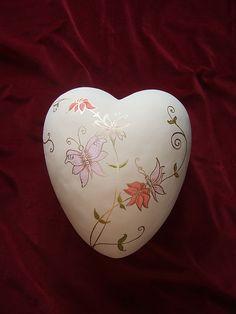 """Herzförmige, keramische Urne """"Schmetterling"""" von www.dasherzlicht.de"""